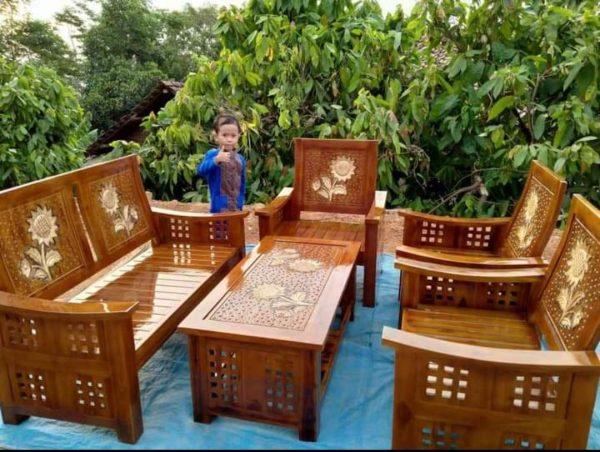 Kursi kayu sederhana untuk ruang tamu